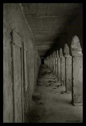 __In_The_Halls_Of_Awaiting___by_PhantomVision.jpg (300x439, 26Kb)