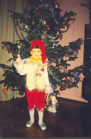...новый годПредлагаю пошить очень простой костюм Буратино своими руками.