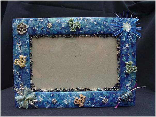 Можно купить деверянную обычную рамку для фото, задекупажить ее салфетками с абстрактным (осенним) рисунком...