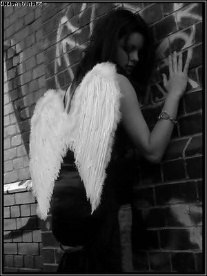 4686371_angel_u_stenuy.jpg (300x400, 19Kb)