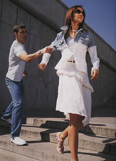 девушка уходит от парня фото