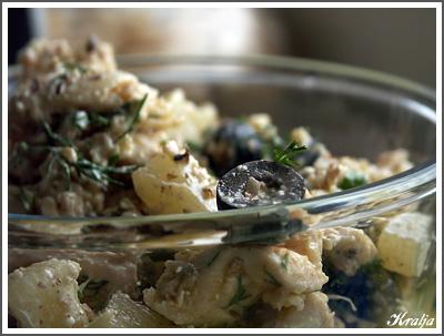 Примерно 200 гр куриного мяса, 1/2 банки консервированных ананасов (жидкость слить), около 150 г сыра (нарезать...