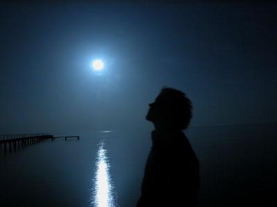 Парень на фоне луны (400x300, 13Kb)